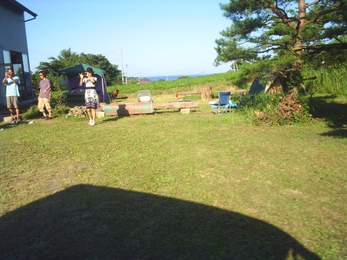 ちょっと海に入って来ます!金野さんのSunny Day 芝生。KonnoSan's SunnyDay campspot.